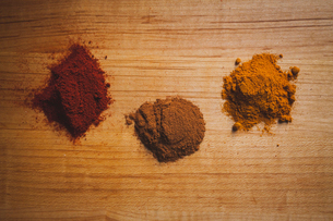 Overhead view of various spices on wooden tableの写真素材 [FYI03699784]