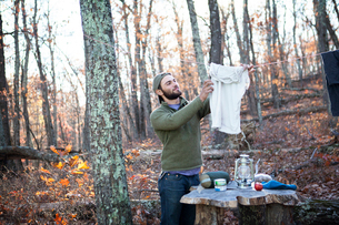 Man drying clothing on clotheslineの写真素材 [FYI03700102]