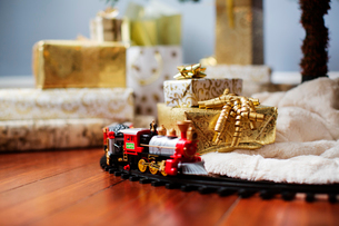 Miniature train and gift boxes on hardwood floorの写真素材 [FYI03700149]