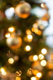 Defocused image of ornaments on illuminated Christmas treeの写真素材 [FYI03700150]