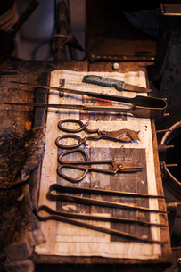 High angle view of hand tools on dirty table at industryの写真素材 [FYI03702723]