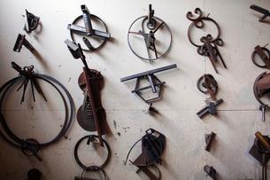 Various metallic designs hanging on wallの写真素材 [FYI03702727]