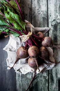 High angle view of common beets on wooden tableの写真素材 [FYI03703151]