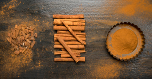 Overhead view of cinnamon sticks and powder on tableの写真素材 [FYI03703192]