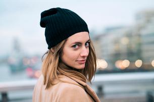 Portrait of woman wearing knit hatの写真素材 [FYI03703741]