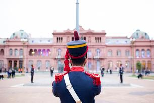 Rear view of guard standing against Casa Rosadaの写真素材 [FYI03703896]