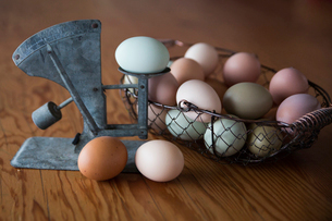 Close-up of eggs in container with vintage scale on tableの写真素材 [FYI03703991]