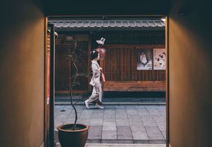 Side view of woman in traditional clothing seen through doorwayの写真素材 [FYI03704024]