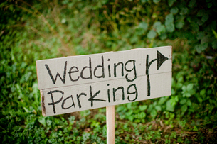 Wedding parking text on wooden plank at fieldの写真素材 [FYI03705662]