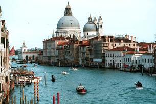 Boats in Grand Canal against Santa Maria della Saluteの写真素材 [FYI03705735]