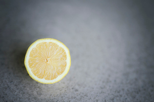 Close-up of lemon slice on tableの写真素材 [FYI03705787]