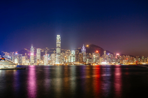 Victoria harbour against illuminated Two International Finance Center and buildings in city at nightの写真素材 [FYI03706664]