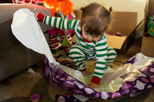 Girl opening present at homeの写真素材 [FYI03706802]