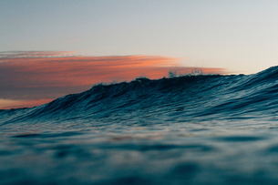 Scenic view of waves in sea during sunsetの写真素材 [FYI03708072]