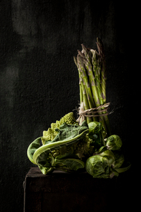 Romanesco Cauliflower with Brussels sprouts and asparagus on wooden tableの写真素材 [FYI03708089]