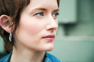 Close-up of thoughtful woman looking awayの写真素材 [FYI03708376]