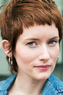 Close-up portrait of confident woman with short hairの写真素材 [FYI03708377]