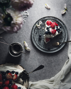 Overhead view of pavlova served in plate on tableの写真素材 [FYI03708900]