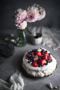 High angle view of pavlova topped with berries on tableの写真素材 [FYI03708903]