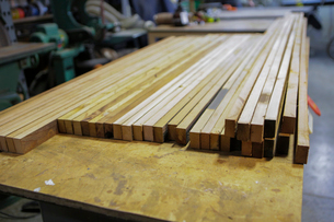 High angle view of wooden planks arranged on table in factoryの写真素材 [FYI03709020]
