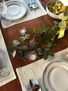 High angle view of plant decoration on dinning tableの写真素材 [FYI03710770]