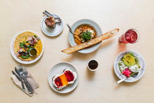 Overhead view of lunch served on wooden tableの写真素材 [FYI03711261]