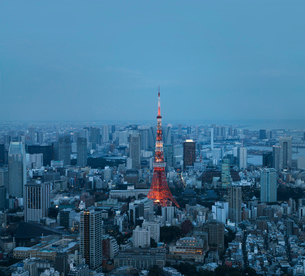 Aerial view of illuminated Tokyo Tower amidst cityscape at duskの写真素材 [FYI03712006]