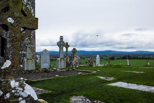 Celtic Cross at Rock of Cashel against cloudy skyの写真素材 [FYI03712037]