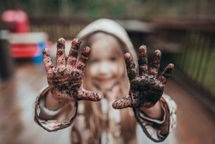 Portrait of girl showing dirty handsの写真素材 [FYI03712365]