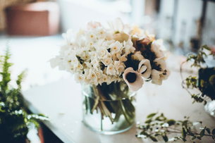 Flower vase on table at flower shopの写真素材 [FYI03713511]