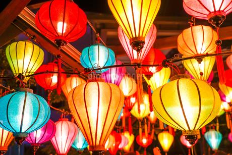 カラフルな夏祭りの提灯の写真素材 [FYI03715180]