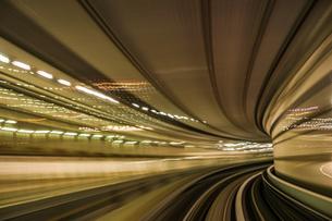 ゆりかもめ東京臨海新交通臨海線から見えるレインボーブリッジの写真素材 [FYI03715562]