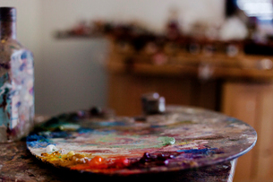 Close-up of messy palette on table in art studioの写真素材 [FYI03715580]