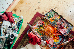 High angle view of colorful messy palette on table at workshopの写真素材 [FYI03715925]