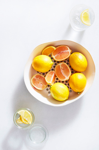 Close-up of lemons in container over white backgroundの写真素材 [FYI03717046]