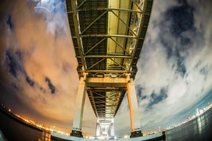 夜の横浜ベイブリッジ(大黒ふ頭から撮影)の写真素材 [FYI03717077]