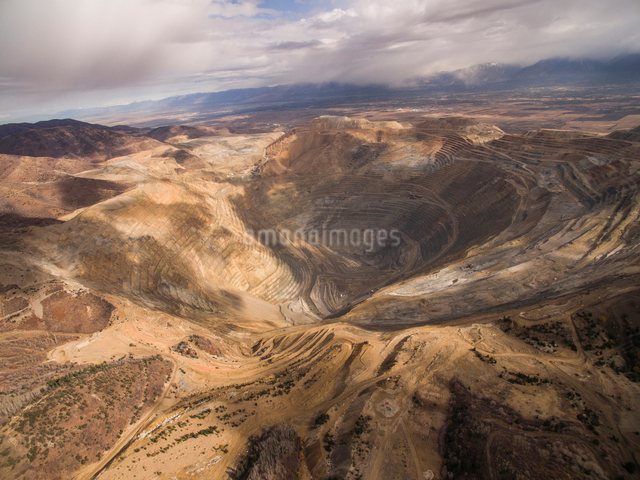 High angle view of Bingham Canyon against cloudy skyの写真素材 [FYI03717424]