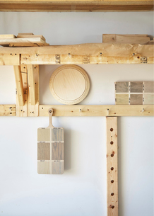 Wooden planks hanged in carpentry workshopの写真素材 [FYI03718277]