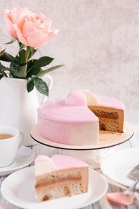 Close-up of sponge cake and roses on tableの写真素材 [FYI03718823]