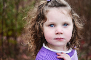 Close-up portrait of cute girl on fieldの写真素材 [FYI03719501]