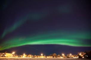 Idyllic view of aurora borealis over housesの写真素材 [FYI03720196]