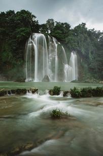 Low angle idyllic view of waterfallの写真素材 [FYI03720304]