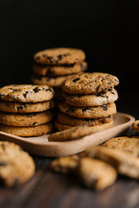 Close-up of cookies in tray on table against black backgroundの写真素材 [FYI03720565]