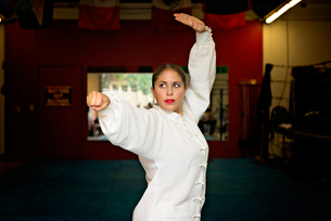 Woman practicing karate in gymの写真素材 [FYI03720718]