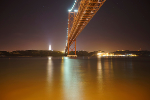 Low angle view of April 25th Bridge over Tagus River during nightの写真素材 [FYI03721358]