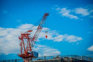 建設中のマンションと青空の写真素材 [FYI03722143]