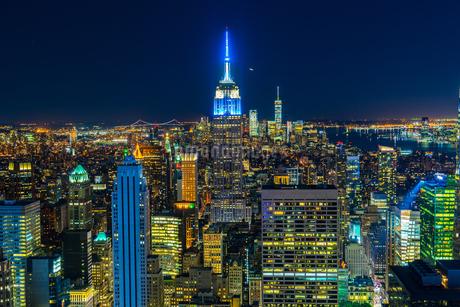 トップ・オブ・ザ・ロック(ロックフェラーセンター展望台)から見えるダウンタウンの夜景の写真素材 [FYI03722275]
