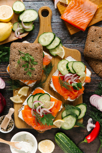 Close-up of salmon and vegetables sandwich on cutting boardの写真素材 [FYI03723109]