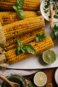 Close-up of roasted corn served in plate on tableの写真素材 [FYI03724091]