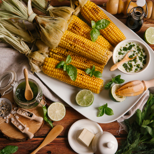 High angle view of roasted corn served in plate on tableの写真素材 [FYI03724101]
